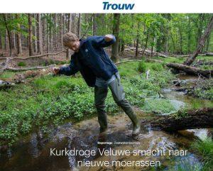 Verhaal in Trouw over de droogte. Op de foto Maarten Veldhuis van Waterschap Vallei & Veluwe.